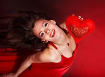 Muchacha con el corazón en el vuelo rojo. Día de tarjetas del día de San Valentín. Fotografía de archivo libre de regalías