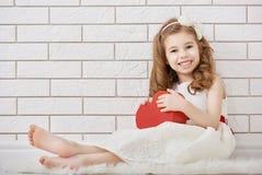 Muchacha con el corazón rojo foto de archivo