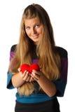 Muchacha con el corazón rojo en manos Fotos de archivo