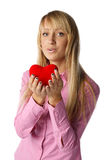 Muchacha con el corazón rojo en manos Imágenes de archivo libres de regalías