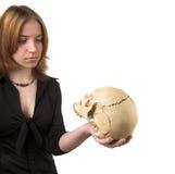 Muchacha con el cráneo fotos de archivo