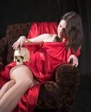 Muchacha con el cráneo Imagen de archivo