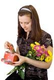Muchacha con el crisantemo y los dulces Fotografía de archivo