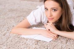 Muchacha con el cuaderno de notas. Imagenes de archivo