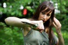Muchacha con el cuchillo del combate imagenes de archivo