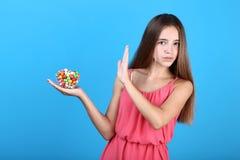 Muchacha con el cuenco de caramelos imágenes de archivo libres de regalías