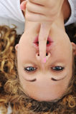 Muchacha con el dedo en boca Imagen de archivo