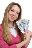 Muchacha con el dinero y de la tarjeta de crédito en las manos Foto de archivo libre de regalías
