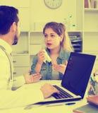 Muchacha con el doctor que visita de la garganta dolorida Imágenes de archivo libres de regalías