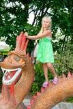 Muchacha con el dragón Foto de archivo