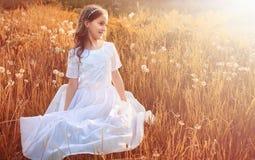 Muchacha con el dundelion en parque del otoño Fotografía de archivo libre de regalías