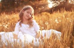 Muchacha con el dundelion en parque del otoño Imagenes de archivo