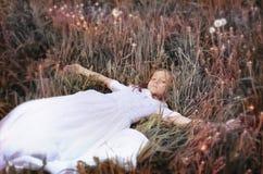 Muchacha con el dundelion en parque del otoño Imágenes de archivo libres de regalías