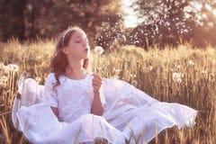 Muchacha con el dundelion en parque del otoño Fotos de archivo libres de regalías