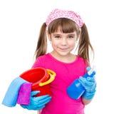 Muchacha con el espray y el cubo en las manos listas para ayudar con la limpieza Aislado en blanco Fotos de archivo libres de regalías
