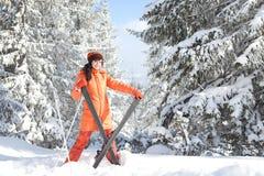 Muchacha con el esquí en el paisaje del invierno Fotografía de archivo libre de regalías