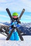 Muchacha con el esquí en la nieve fotografía de archivo libre de regalías