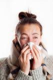 Muchacha con el estornudo frío en bufanda y sweate que llevan del pañuelo Imagen de archivo