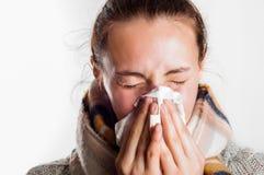 Muchacha con el estornudo frío en bufanda y sweate que llevan del pañuelo Imagen de archivo libre de regalías