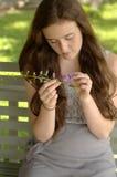 Muchacha con el flor púrpura Fotografía de archivo libre de regalías