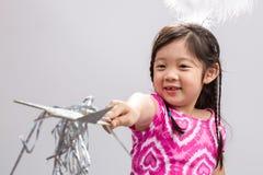 Muchacha con el fondo/la muchacha mágicos de la vara con la vara/la muchacha mágicas con la vara mágica en el fondo blanco Foto de archivo