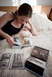 Muchacha con el foto-álbum Imagenes de archivo