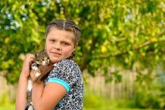 Muchacha con el gatito Imágenes de archivo libres de regalías