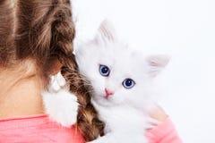 Muchacha con el gatito blanco Fotos de archivo