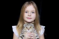 Muchacha con el gatito gris Imágenes de archivo libres de regalías