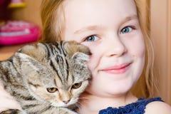 Muchacha con el gatito gris Imagen de archivo