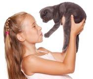 Muchacha con el gato Foto de archivo libre de regalías