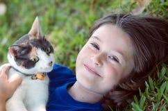 Muchacha con el gato Imagenes de archivo
