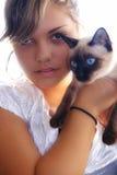 Muchacha con el gato Imagen de archivo