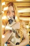 Muchacha con el gato Imágenes de archivo libres de regalías