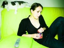 Muchacha con el gato foto de archivo