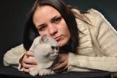 Muchacha con el gato blanco Fotos de archivo