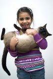 Muchacha con el gato siamés Imagen de archivo libre de regalías