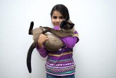 Muchacha con el gato siamés Imágenes de archivo libres de regalías