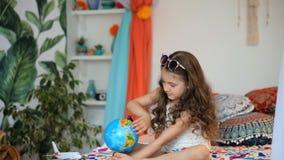 Muchacha con el globo almacen de metraje de vídeo
