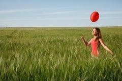 Muchacha con el globo rojo Imagenes de archivo