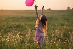 Muchacha con el globo rosado al aire libre Imagen de archivo libre de regalías