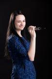 Muchacha con el guiño del micrófono Foto de archivo