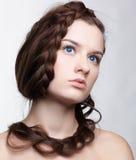 Muchacha con el hair-do creativo Foto de archivo libre de regalías