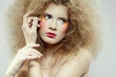 Muchacha con el hair-do del choque Imágenes de archivo libres de regalías