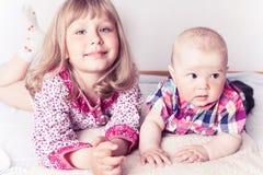Muchacha con el hermano del bebé Imágenes de archivo libres de regalías