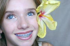 Muchacha con el hibisco Foto de archivo