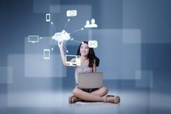 Muchacha con el icono computacional del ordenador portátil y de la nube Imagen de archivo libre de regalías