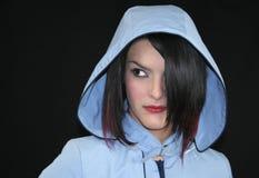 Muchacha con el impermeable azul Imagenes de archivo