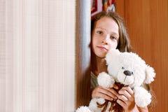 Muchacha con el juguete de la felpa Foto de archivo libre de regalías