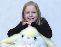 Muchacha con el juguete encantador foto de archivo libre de regalías